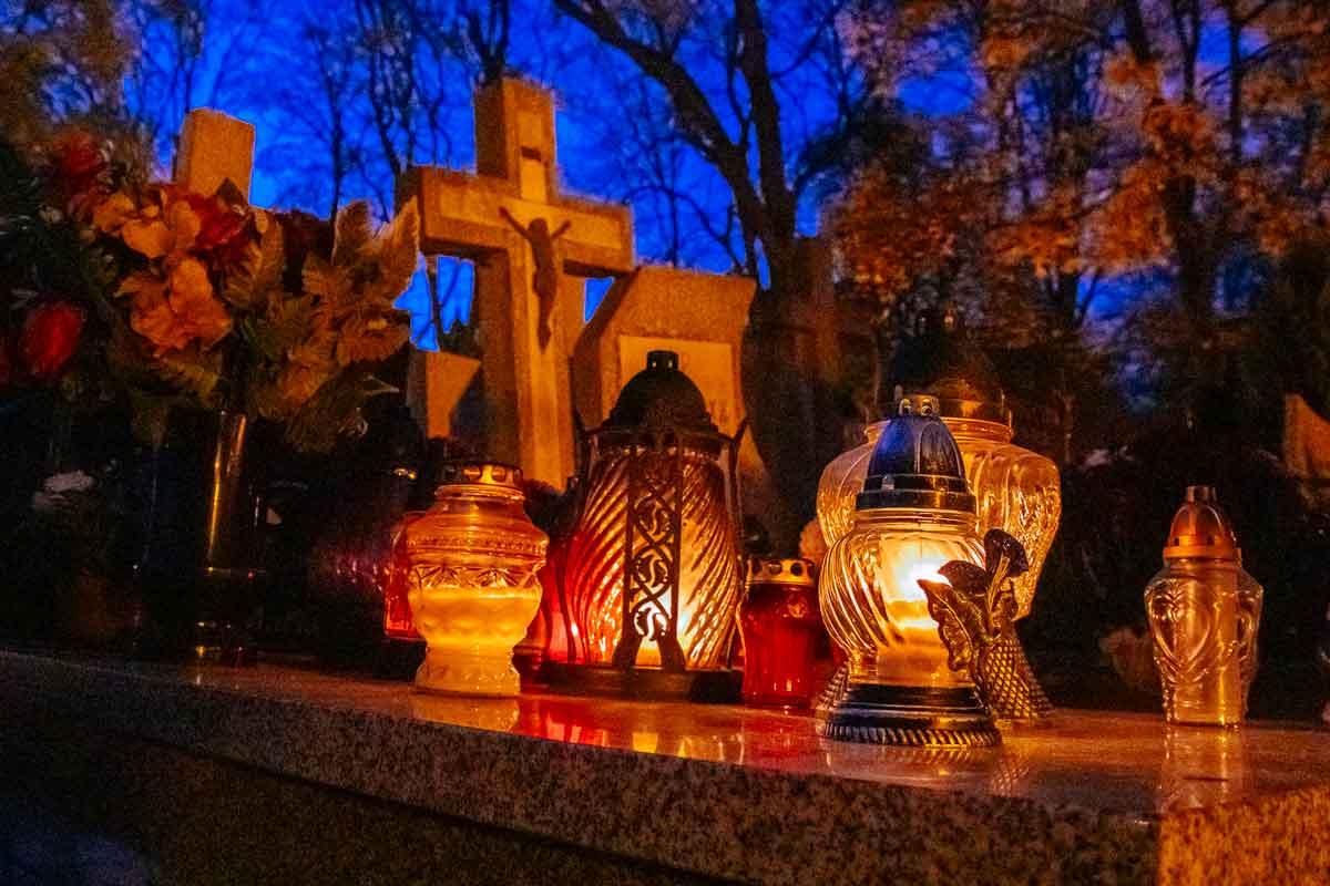 slupsk-cemetery-close-shot-all-saints-day
