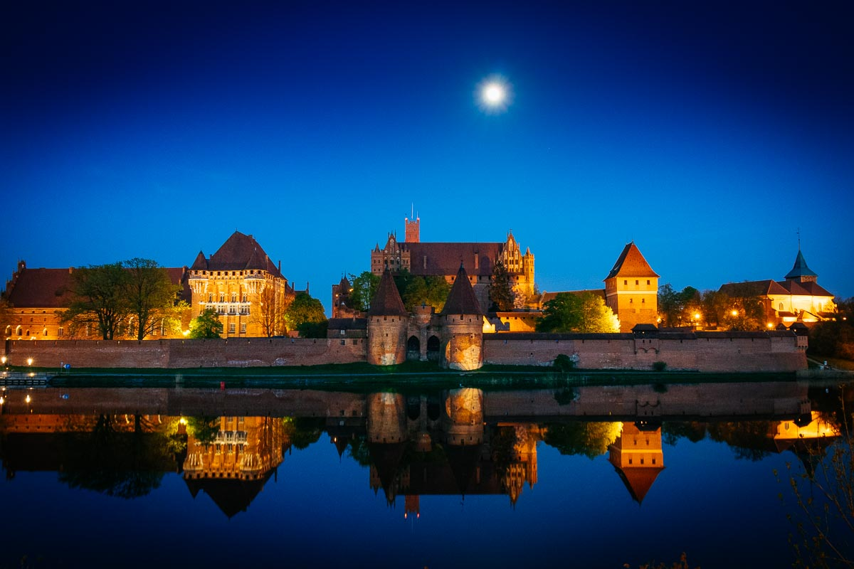 malbork-castle-moonlight